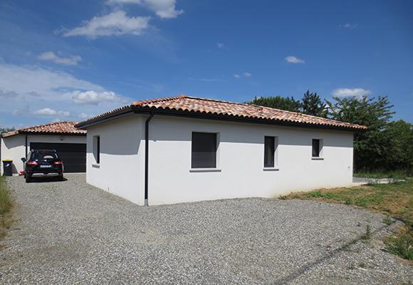 Maison moderne construite partir de plans sur mesure by for Modele maison trecobat